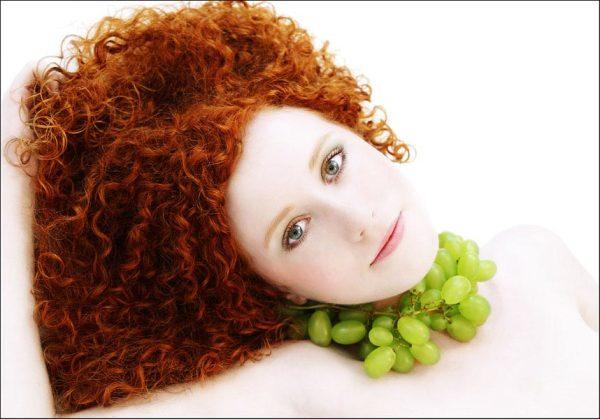 Жидкость, полученная в результате брожения винограда, помогает сделать завитки пышными и здоровыми